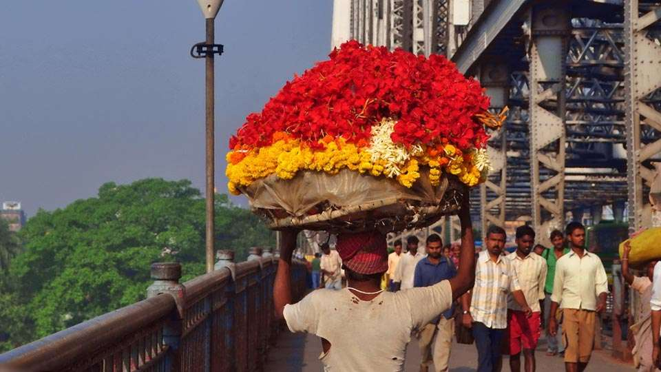 Flower seller on Howrah bridge, Kolkata - Opportunities and Challenges of Doing Business in India