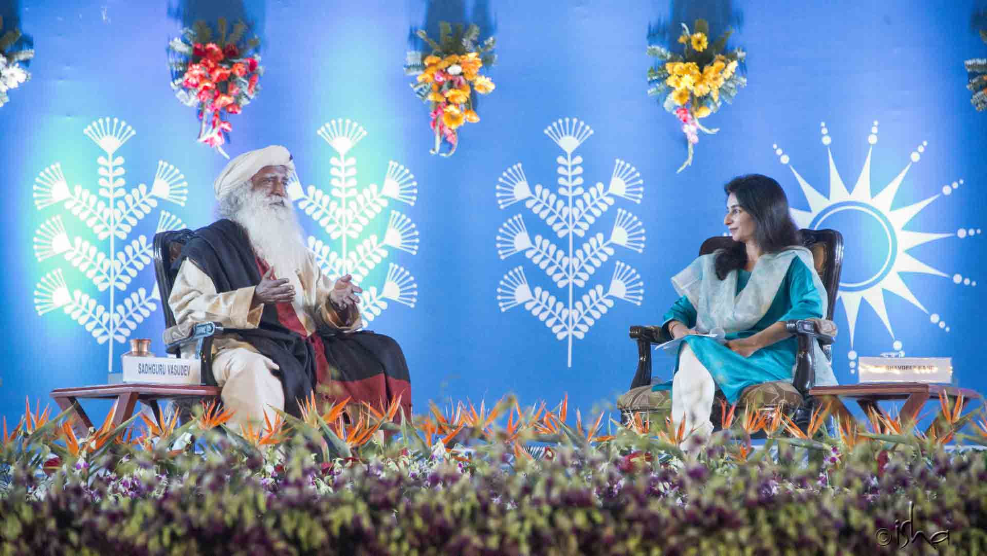 Journalist Bhavdeep Kang in conversation with Sadhguru at the International Conference on Living the Right Way, Simhastha 2016, Ujjain, Madhya Pradesh