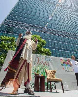 sadhguru-leads-yoga-session-un-june21-3