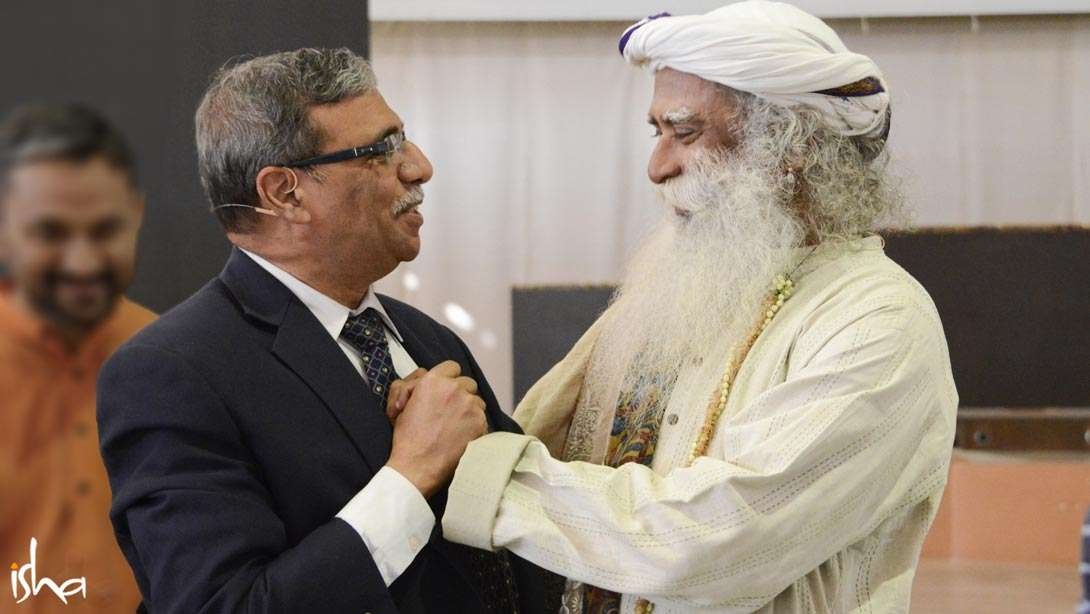 Sadhguru greeting Faculty Chair Dr. Dipak C. Jain, Former Dean, INSEAD and Kellogg School of Management, USA