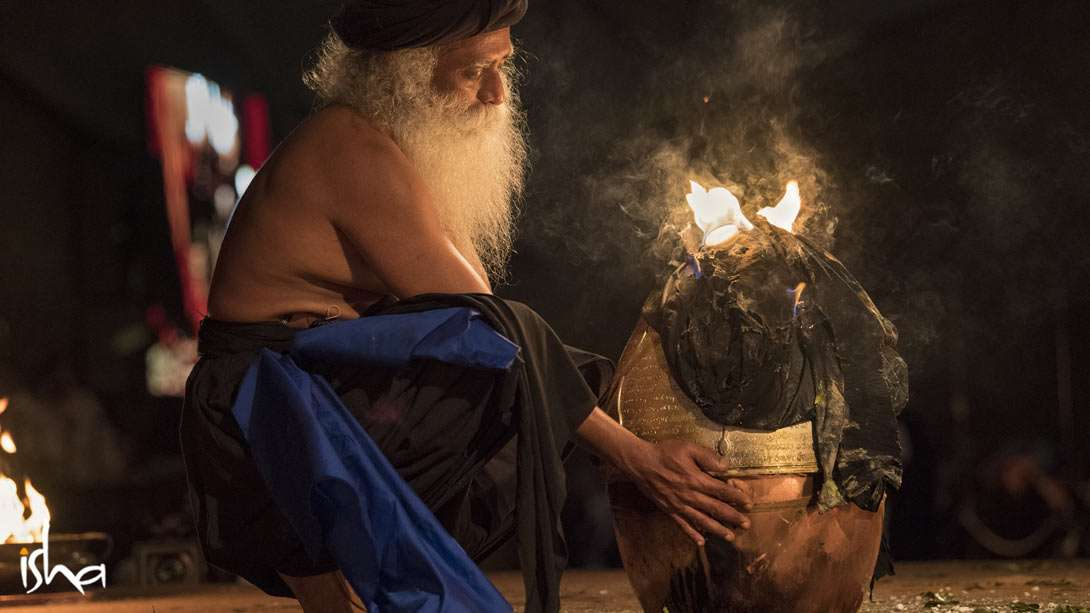 Sadhguru completing the consecration of the Yogeshwar Linga on the night of 21 February 2017