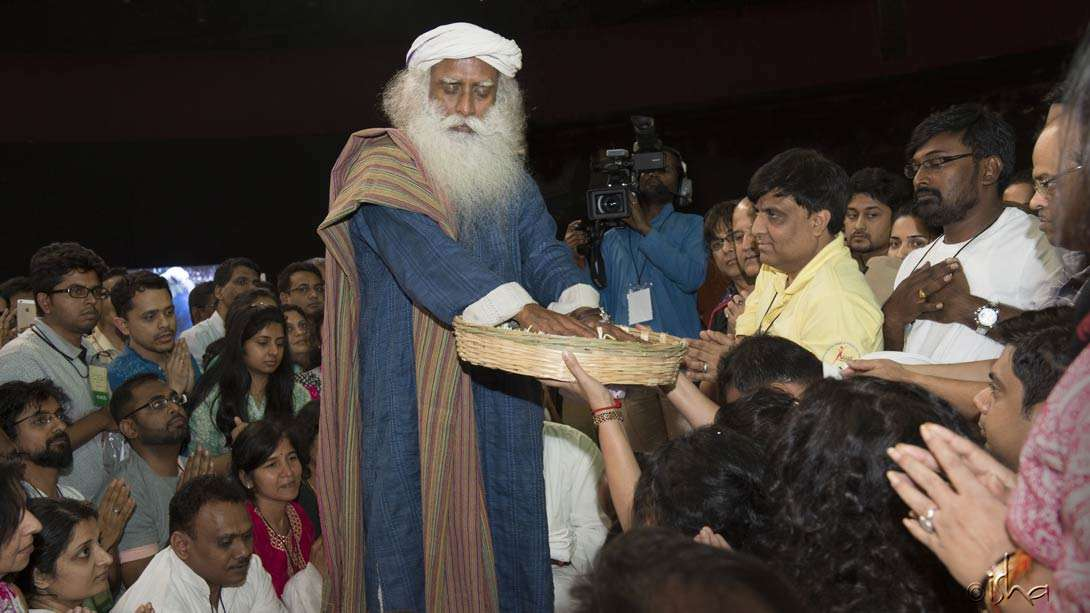 Sadhguru blessing flowers for the participants