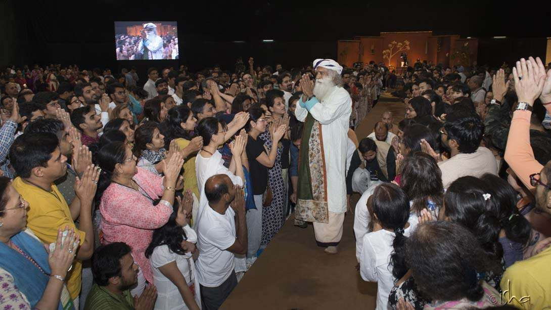 Sadhguru with participants at the closing session of the Inner Engineering program in Mumbai