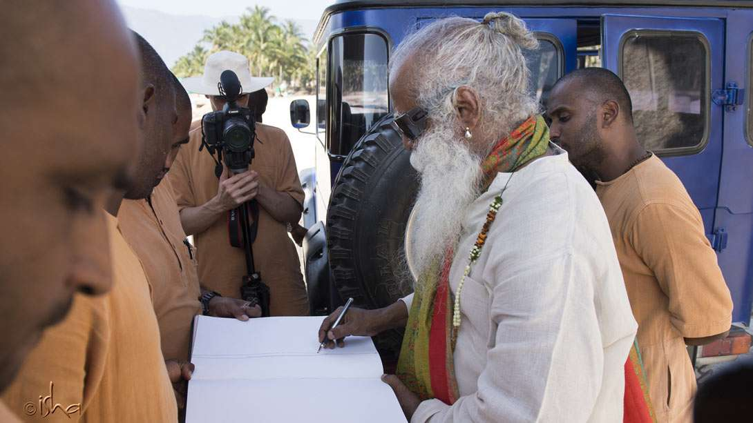 Sadhguru drawing a plan for the construction team