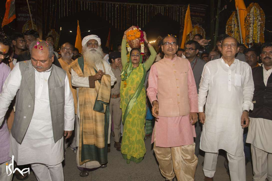 Sadhguru walking along with CM of MP, Shri Shivraj Singh Chouhan (right) and the Union Minister for Rural Development, Shri Narendra Singh Tomar (left) during the Narmada Seva Yatra at Shahganj, Madhya Pradesh