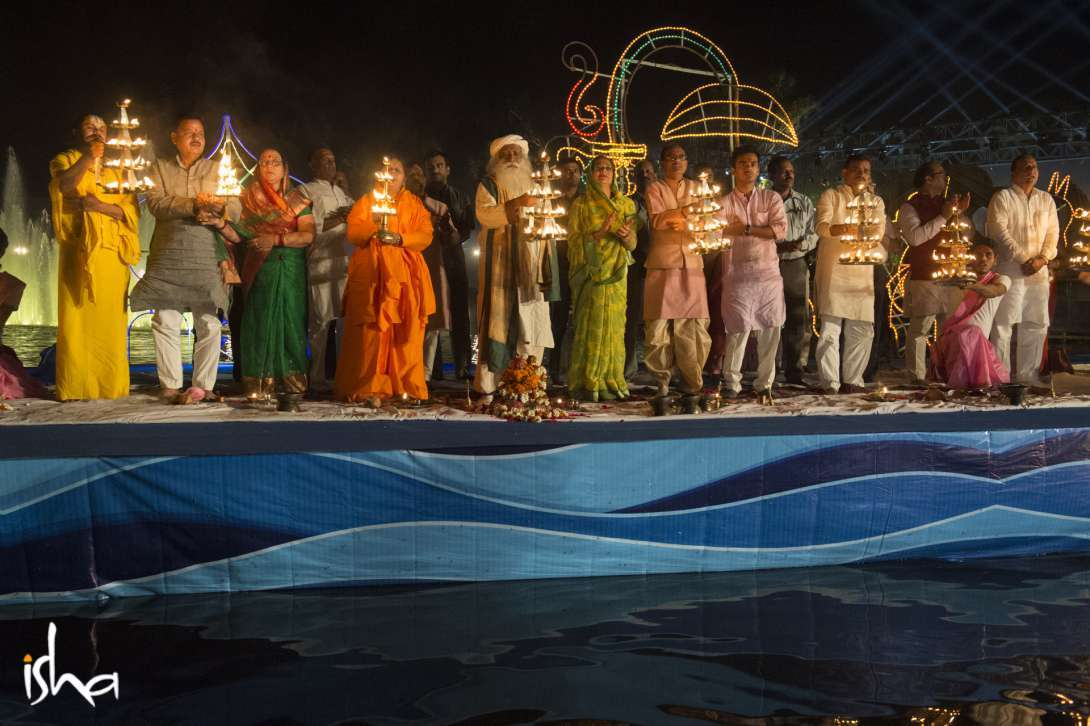 Sadhguru along with CM of MP Shri Shivraj Singh Chouhan participate in the Arti to the sacred Narmada river