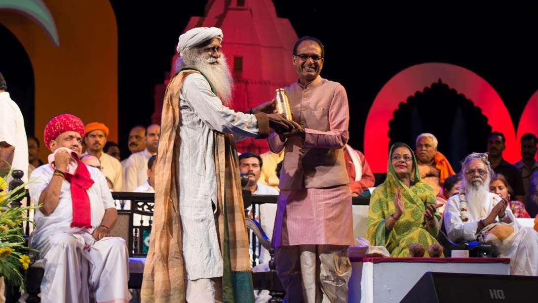 Sadhguru offers Kailash Teerth to CM of MP Shri Shivraj Singh Chouhan