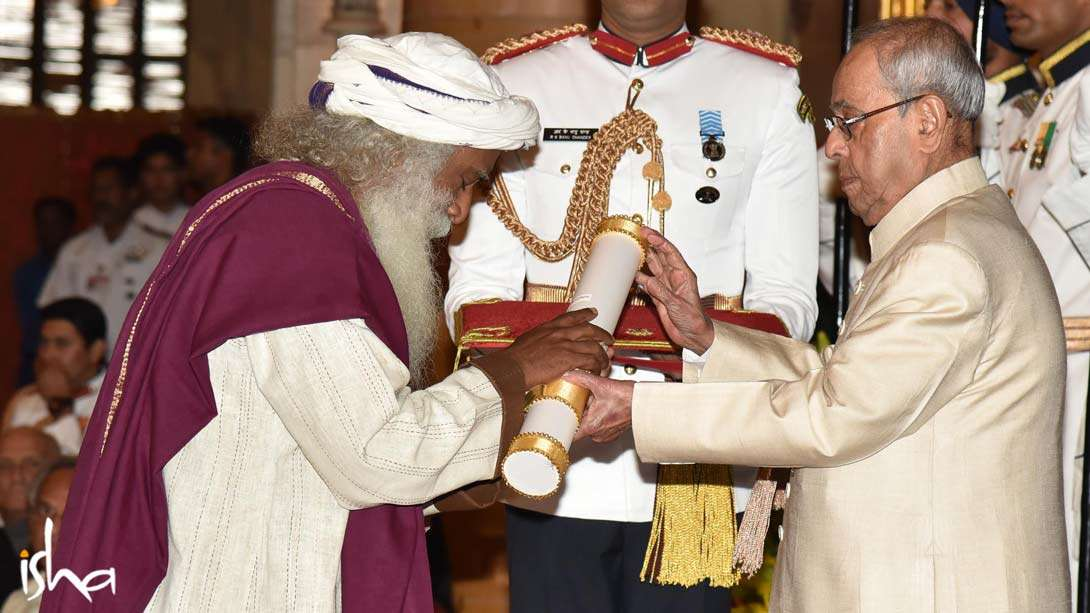 Sadhguru receiving the Padma Vibhushan from the President Pranab Mukherjee on April 13